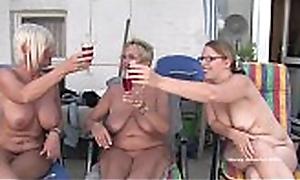 Tre donne matured si fanno scopare sul balcone