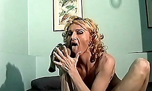 A mia moglie le piace il cazzo di gomma tutto close by figa e il dito tutto close by culo