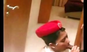 فضيحة مضيفة طيران الخطوط الاماراتية تمص الزب و يجبهم في فمها وهي بالحجاب http://linkshrink.net/7eCQeI