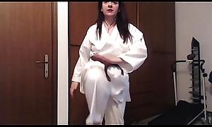 Giovane ragazza karateka suda e si allena mostrandoti il suo caldo corpo sudato