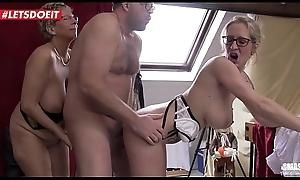 Geile deutsche Oma von nebenan schiebt einen Dreier FFM mit einer Freundin