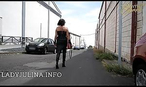 Rauchende Headmistress Mature Herrin Carmen Make noticeable Walk mit Lederstiefeln und Peitsche