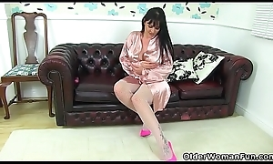 British milf Amber Leigh toys will not hear of well supplied with fur pie