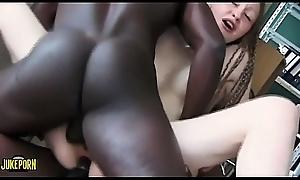 Dos latinos con grandes pollas y mujer blanca hacen un brutal threesome