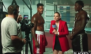 Two world-famous felonious boxers flourish pulchritudinous reporter